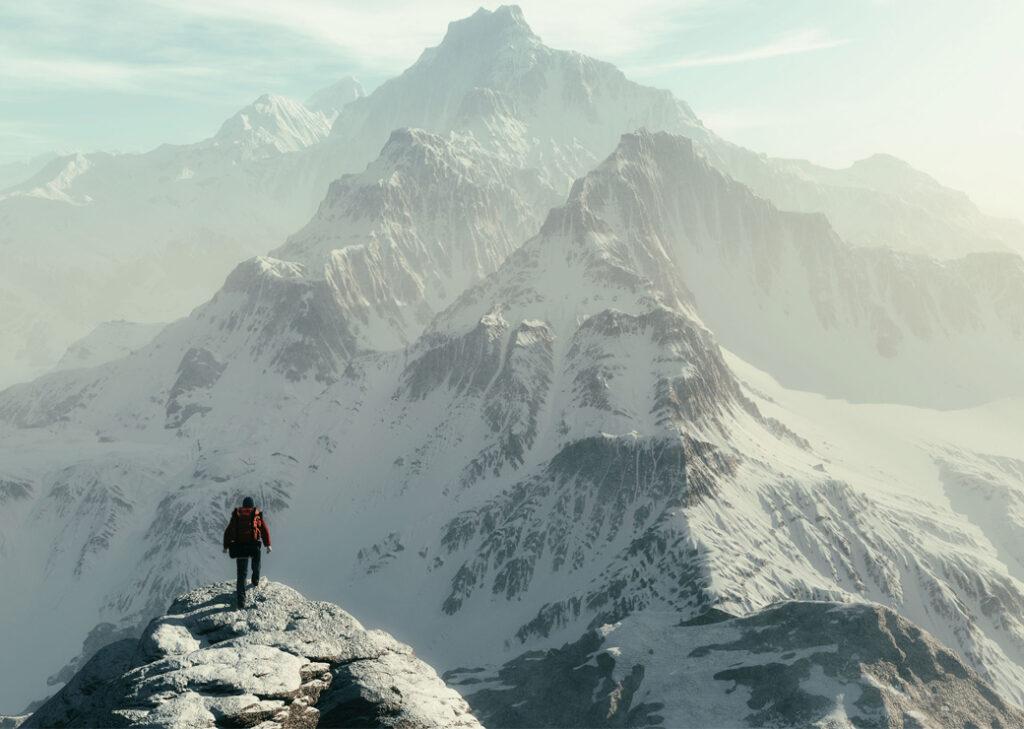 Homme sur une montagne avec de la neige