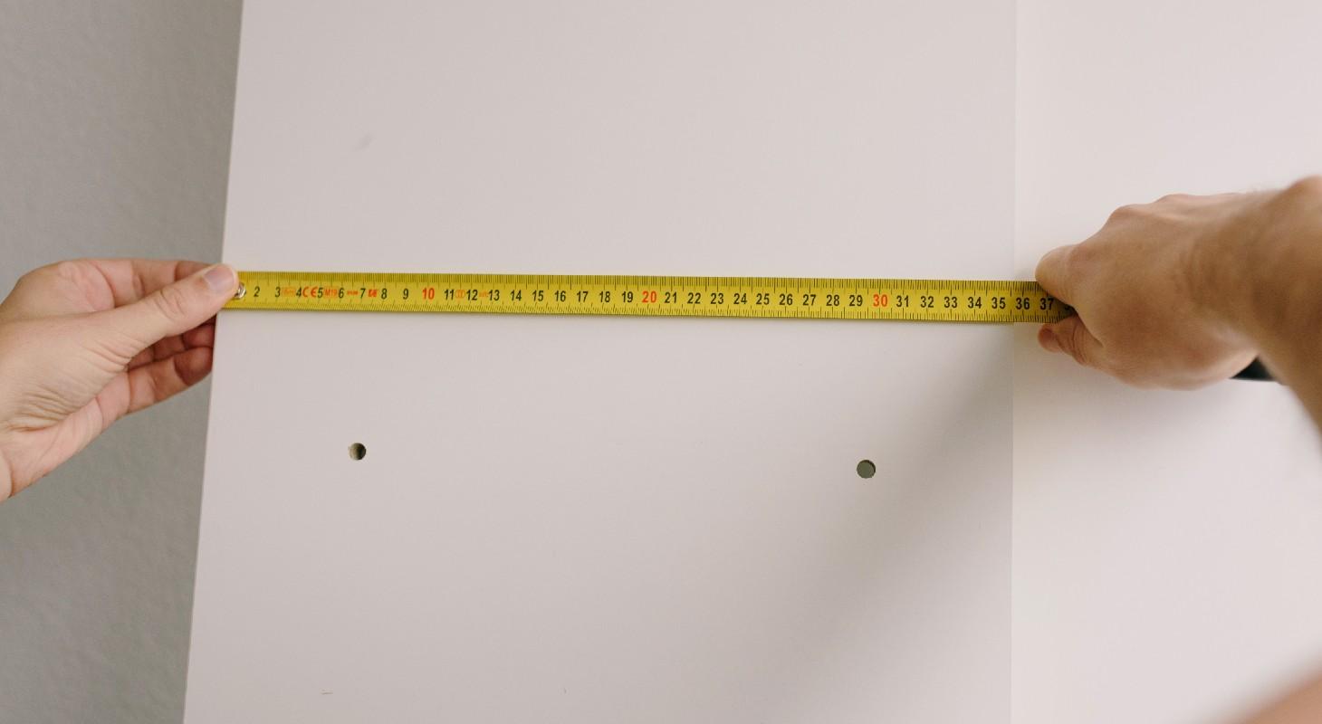 un mètre pour accrocher un tableau